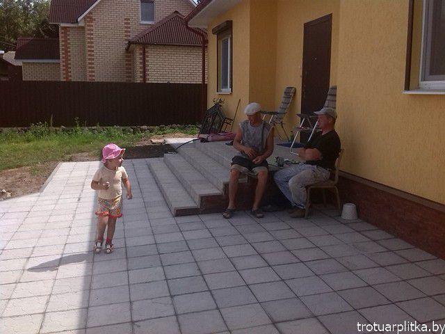 крыльцо с площадкой возле дома